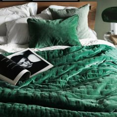 interior-decor-trends-2018-emerald-green-velvet-bedroom-decor